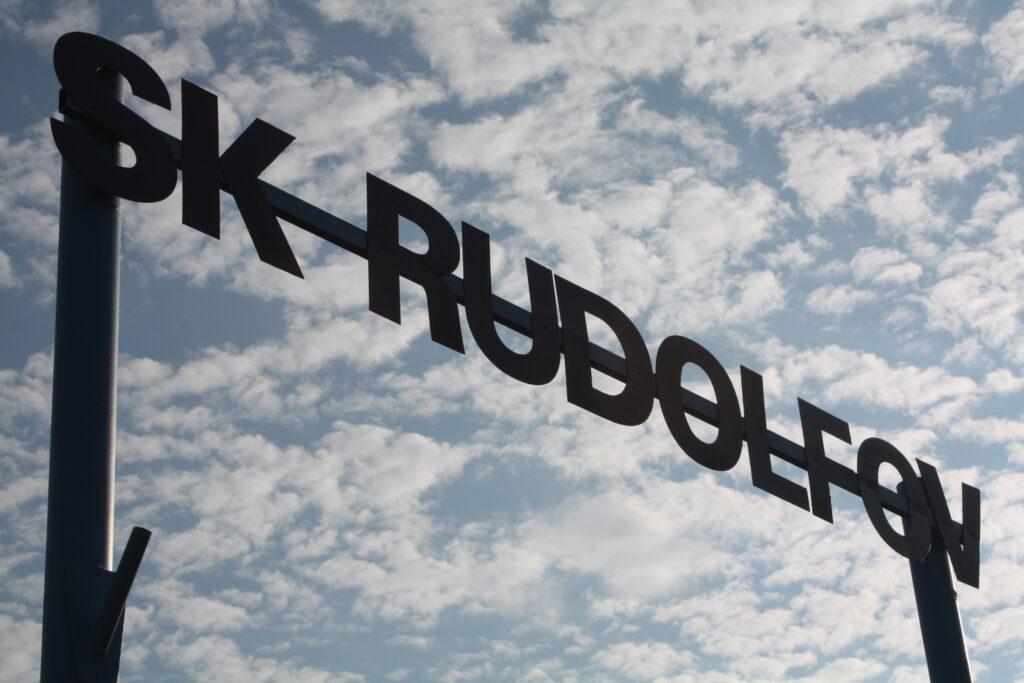 SK Rudolfov nápis na vstupu do areálu